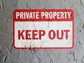 Keep out sign painted on wall — Stock Photo
