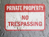No trespassing sign painted on wall — Stock Photo