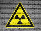 上绘制的核辐射标志 — 图库照片