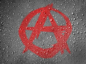 Simbolo di anarchia dipinta sulla superficie di metallo ricoperta di gocce di pioggia — Foto Stock