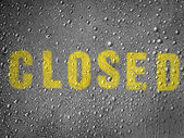 Closed caption painted on metal surface covered with rain drops — Stock Photo