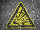 Esplosivo segno disegnato sulla superficie di metallo ricoperta di gocce di pioggia — Foto Stock