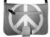 Timsah deri çanta üzerinde barış sembolü boyalı — Stok fotoğraf
