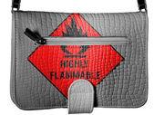 Altamente infiammabile segno disegnato sulla borsa di pelle di coccodrillo — Foto Stock