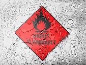 Son derece yanıcı işareti çizilmiş su damlaları ile kaplı — Stok fotoğraf