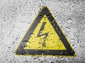 水滴で覆われているに描かれた電気ショックの兆候 — ストック写真