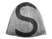 S letter painted on cap — Stock Photo