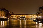 Florencia por la noche, panorama con puente viejo — Foto de Stock