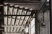 Dutos de ar de metal em uma fábrica — Fotografia Stock