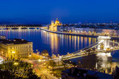 Budapest, night view on Danube, Parliament and Chain Bridge — Stock Photo