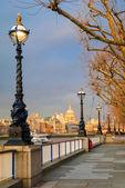 Londen, zonsondergang op st pauluskathedraal van southbank — Stockfoto