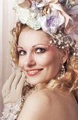 Krásná dívka withs květiny hlavou — Stock fotografie