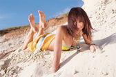 красивая женщина, лежа на пляже — Стоковое фото