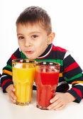 Chlapec s rajčaty a oranžové šťávy — Stock fotografie