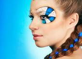 Mladá žena s krásným make-upem — Stock fotografie