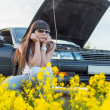 Girl is bored near the broken car — Stock Photo