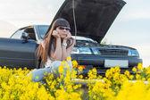 Girl is bored near the broken car — Stock Photo