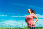 Giovane donna jogging in campo largo — Foto Stock