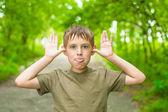 Szczegół portret chłopca hamming oddanie się jego języka — Zdjęcie stockowe
