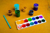 Set of cans of paint and pencil — Stock fotografie