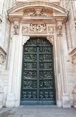 Decorated doors of Milan Cathedral. (Duomo di Milano) — Fotografia Stock