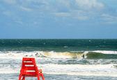 フロリダ州ジャクソンビルで大西洋に沿って孤独なライフガード椅子 — ストック写真