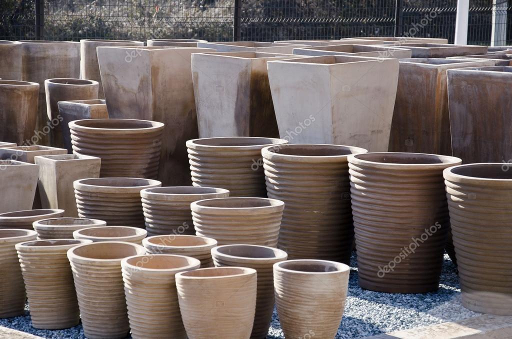 Pots de fleurs et jarres en terre cuite photographie for Jarres terre cuite jardin