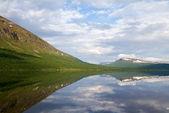 Malebné jezero ve švédském laponsku. — Stock fotografie