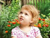 Un bambino guardando verso l'alto, curiosità — Foto Stock