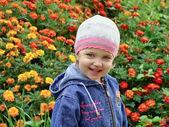 花の間の小さな女の子 — ストック写真