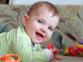 彼女の胃に横たわる小さな子供 — ストック写真