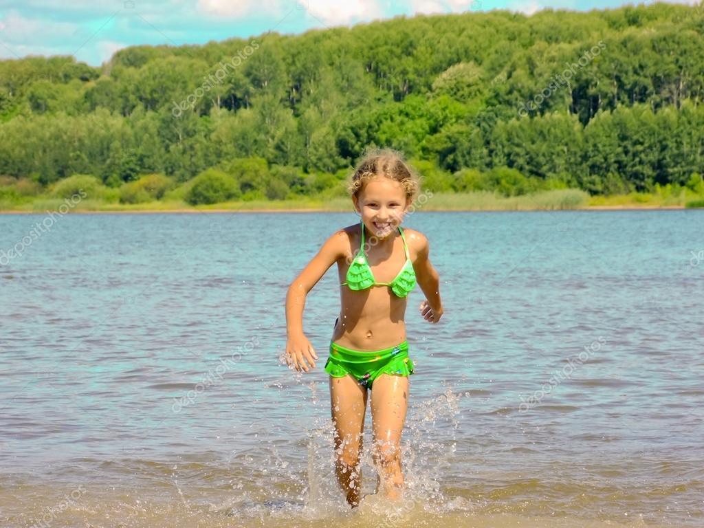 Девушка бежит по воде фото