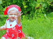 Uma criança pequena explora o mundo — Foto Stock