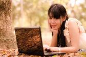 Ragazza asiatica con il portatile — Foto Stock
