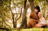 Chica con el oso — Foto de Stock