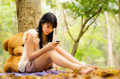Asian girl playing cell phone — 图库照片