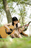 Girl and the guitar — Stock Photo