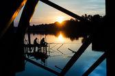Sagoma di due pescatori contro il tramonto — Foto Stock