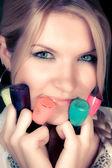 Chica con pinturas de uñas — Foto de Stock