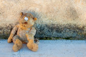 A dirty and old teddy bear — Stock Photo