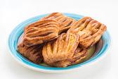Pastelaria escamosa grupo cheia de geléia no prato colorido — Foto Stock