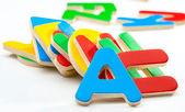 Gruppe von farbigen holzbuchstaben durcheinander — Stockfoto