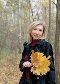 žena držící podzimní listí — Stock fotografie
