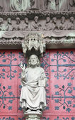 La estatua de cristo en el portal principal de la iglesia protestante — Foto de Stock