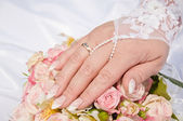 A wedding ring on a finger — 图库照片