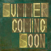 """Earthy background and design element depicting the words """"Summer coming soon"""" — Stock Photo"""