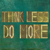 "Earthy background image and design element depicting the words ""Think less, do more"" — Foto Stock"