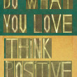 "Words ""Do what you love, Think positive"" — 图库照片"