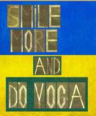 """Wörter """"mehr Lächeln und Yoga zu tun"""" — Stockfoto"""