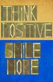 """слова «думаю позитив улыбка больше"""" — Стоковое фото"""
